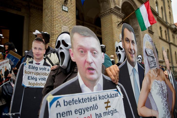 Tarsoly Csaba és a tavaly becsődölt Quaestor többi vezetőjének a büntetőpere kapcsán tüntető tömeg a Fővárosi Törvényszék épülete előtt.