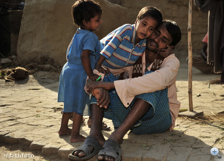 Deepak Paswaan apjával és kishúgával