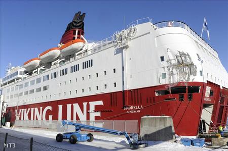 Az Amorella  személyszállító komp megrongálódott hátulja látható Stockholmban 2010. március 5-én, miután a vízi jármű lényegében sértetlenül visszatért a svéd főváros kikötőjébe. Előzőleg több tucat tengeri jármű esett a hirtelen keletkezett hatalmas jégtömeg fogságába a Balti tengeren, miután erős sarkvidéki szél támadt a svéd partvidékre. Az Amorella 753 utassal és 190 főnyi személyzetével a fedélzetén órákon át vesztegelt a jég fogságában Svédország keleti partjainál, mire a jégtörők kiszabadították a befagyott tenger fogságából. (Fotó: Johan Engman)