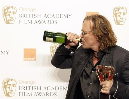 Mickey Rourke pezsgővel ünnepelt