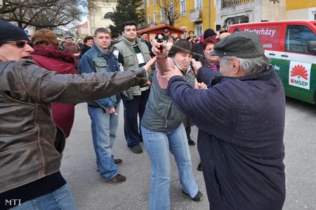Várpalota, 2010. március 6: gázspray-párbaj az MSZP lakossági fórumán (Fotó: Kovács Tamás)