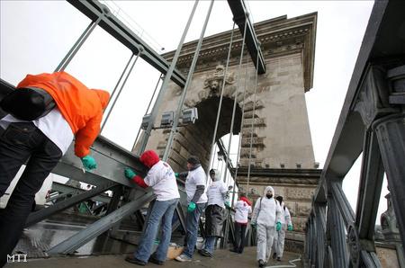 Civilek távolítanak el firkákat a Lánchídról