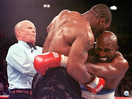 A harmadik menetben Tyson leharapja ellenfele jobb fülcimpájának egy darabját. Lane Mills bíró közbelép és szétválasztja a küzdőket, miután Holyfield ordítani kezd a fájdalomtól.