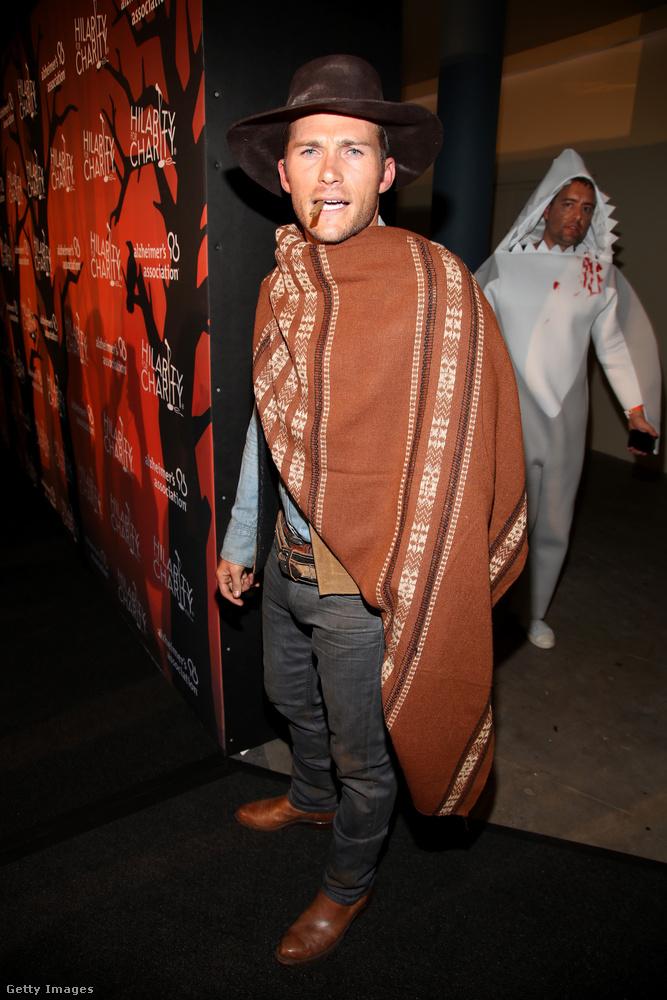 Scott Eastwoodról rengetegen rengetegszer megjegyezték már, hogy mennyire hasonlít édesapjára, hát a fiatalember most az egyszer rá is játszott a hasonlóságra.