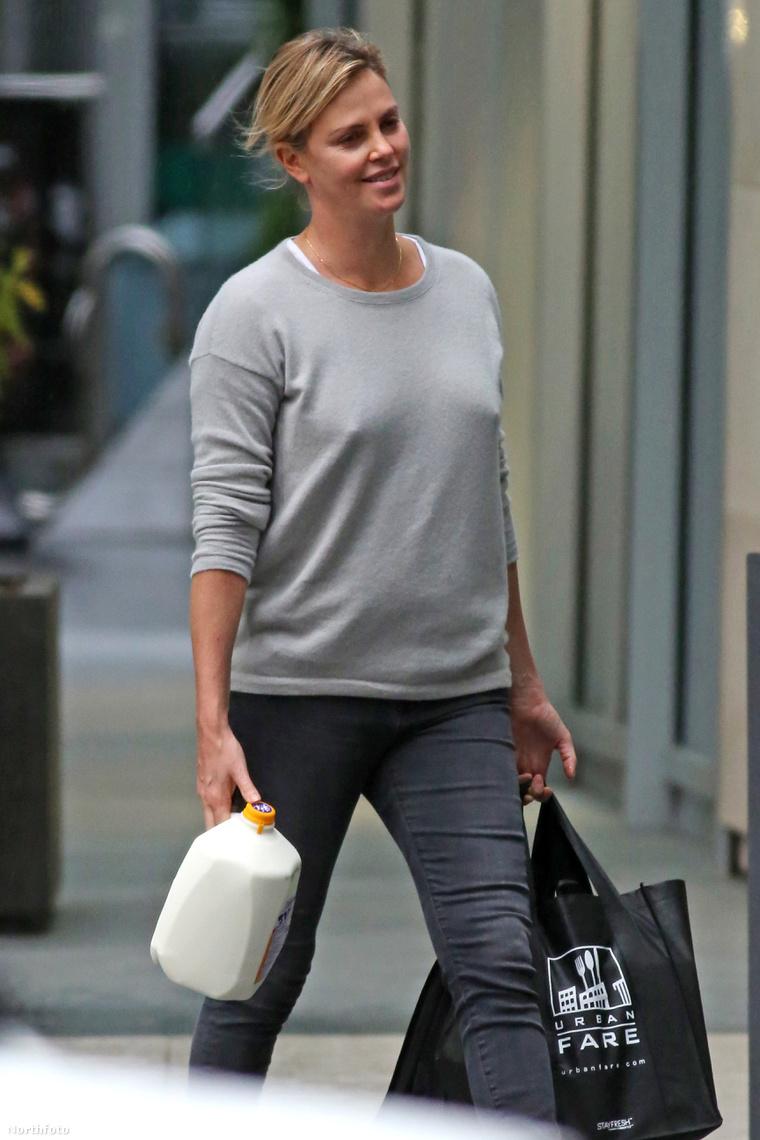 Charlize Theron bevásárol.