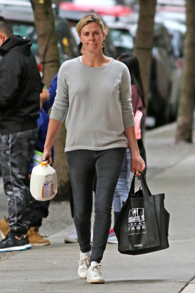 Charlize Theron melltartó nélkül.