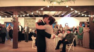 Kerekesszékből állt fel az anya, hogy fia esküvőjén táncolhasson
