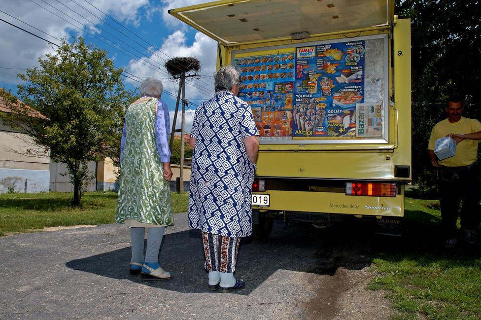"""""""Régóta terveztem, hogy fotóanyagot készítsek a vidéki Magyarországról. Amikor tíz éve nyáron meghallottam egy Family Frost-kocsi kürtjét, eldöntöttem, hogy fel akarok ülni egy ilyen autóra. Ezzel kellene átutazni az országon. Tavaly nyáron a hálózat különböző hűtőkocsijain ötezer kilométert tettem meg."""" - írta 2006-ban az Index fotórovatának vezetője, Barakonyi Szabolcs."""