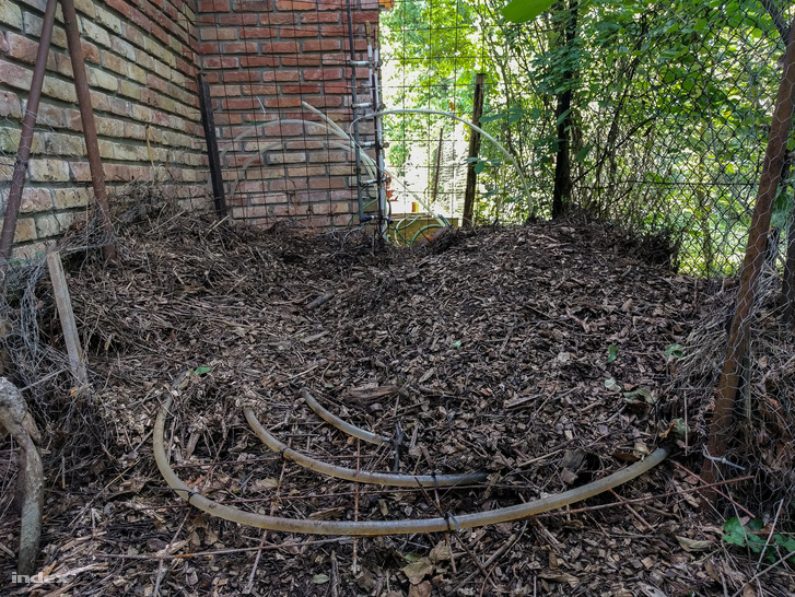 Fűtéscsövek a komposztban, ha a tároló megtelik akár hat réteg is elfér benne