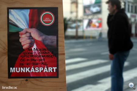 A Magyar Kommunista Munkáspárt is megjelentette választási hirdetéseit. A kábé A5-ös méretű plakátokon koszos körmű munkásököl szorít össze egy trikolórból vörösbe váltó lobogót.