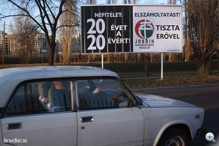 """A Jobbiknak is sikerült óriásplakátokkal megjelenni. """"Népítélet: 20 évet a 20 évért. Elszámoltatást! Tiszta erővel."""""""
