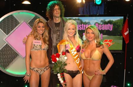 """Howard Stern és a """"Mistress Beauty Pageant"""" versenyzői: Jaimee Grubbs, Jamie Jungers, és Loredana Jolie a SIRIUS XM studióban (Fotó: Jason Kaplan/The Howard Stern Show)"""