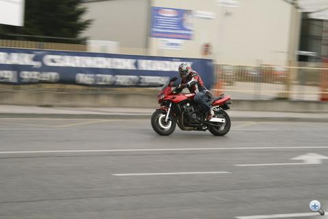 Forgalomtól elzárt terület: a magyar rendszám megérkeztéig nem lehet utcára vinni a motort.