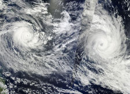 Tomas Fidzsi felett (jobbra) és az Ului ciklon (balra) a Salamon-szigetek felett