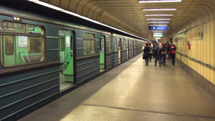 Meztelenre vetkőzött egy nő a 3-as metrón