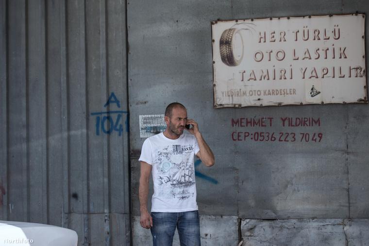 A férfit úgy hívják, hogy Ismail Yildirim és a törökországi Antalyában él, ahol a brit színésszel mutatott különös hasonlósága miatt szabályos turistalátványossággá lépett elő.