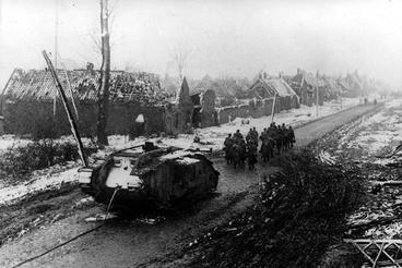 Német katonák egy magára hagyott brit Mark IV-es mellett, miután a németek sikeres ellentámadást hajtottak végre Fontaine-nál.
