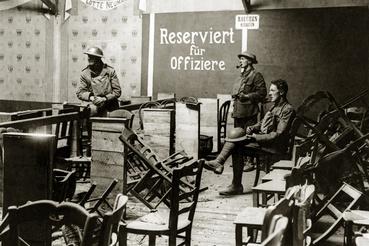 Brit katonák Cambrai színházában, miután visszafoglalták a várost a németektől