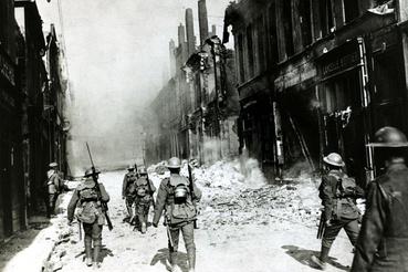 Francia és brit katonák járőröznek az elfoglalt Cambrai romos utcáin