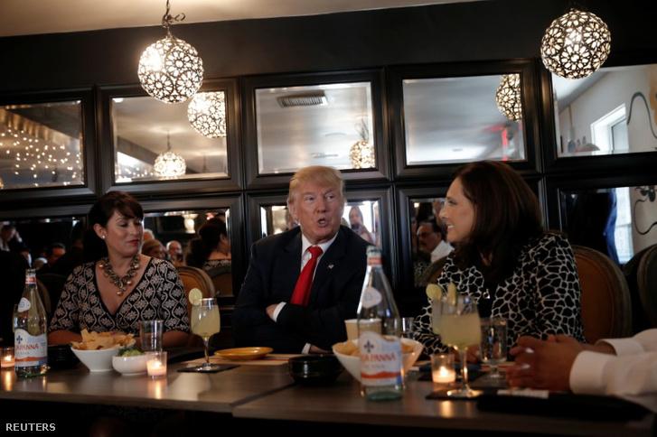 Trump keresztbe font karokkal magyaráz egy Las Vergas-i kampányeseményen