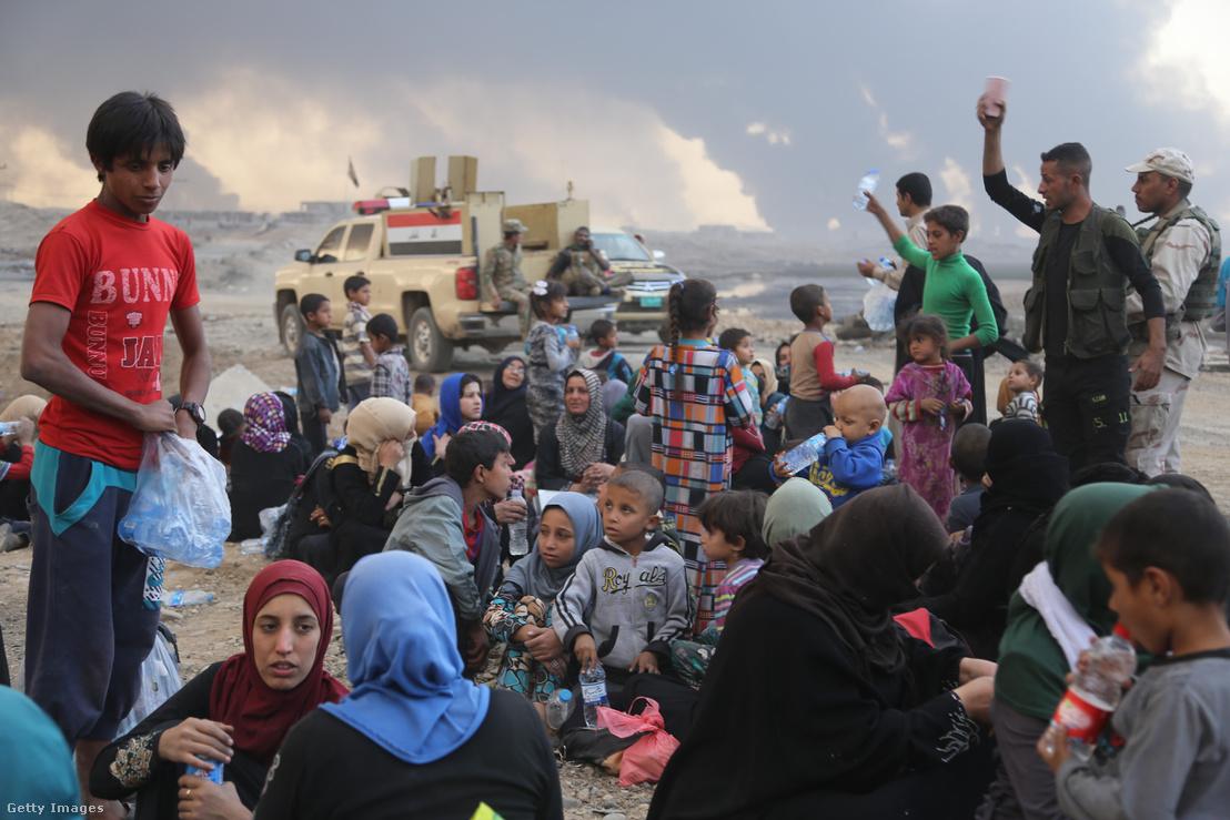 Moszulból kimenekített civilek egy iraki ellenőrzőponton október 18-án.