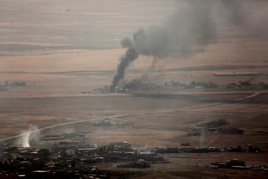 Az Iszlám Állam állásait érő nyugati légicsapás nyomai a távolból. A nyugati légicsapásokat angol, francia, amerikai gépek hajtják végre.