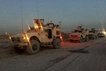 Irak második legnagyobb városát 27 hónapja tartja ellenőrzése alatt az Iszlám Állam. Az olajban gazdag, egykor két és fél milliós észak-iraki város visszavétele az iraki hadsereg eddigi legnagyobb erőpróbája 2003, Szaddam Husszein hatalmának megdöntése óta. Az offenzívát az Egyesült Államok és szövetségesei korlátozott földi csapatokkal légierővel is támogatja, együtt a kurd erőkkel. Összesen 35 ezer katona vesz részt az akcióban.