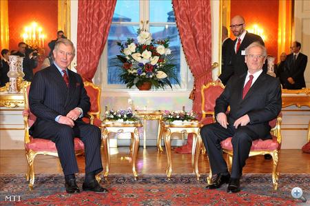 Sólyom László köztársasági elnök (j) fogadja a négynapos magyarországi látogatásra érkező Károly walesi herceget, brit trónörököst a Sándor-palota Mária Terézia-termében.