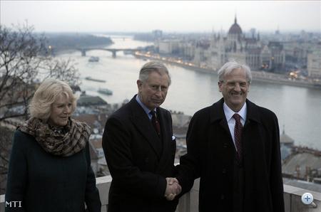 A négynapos magyarországi látogatáson tartózkodó Károly walesi herceg, brit trónörökös és felesége, Camilla hercegnő Sólyom László magyar köztársasági elnök társaságában (j) áll a Sándor-palota teraszán.