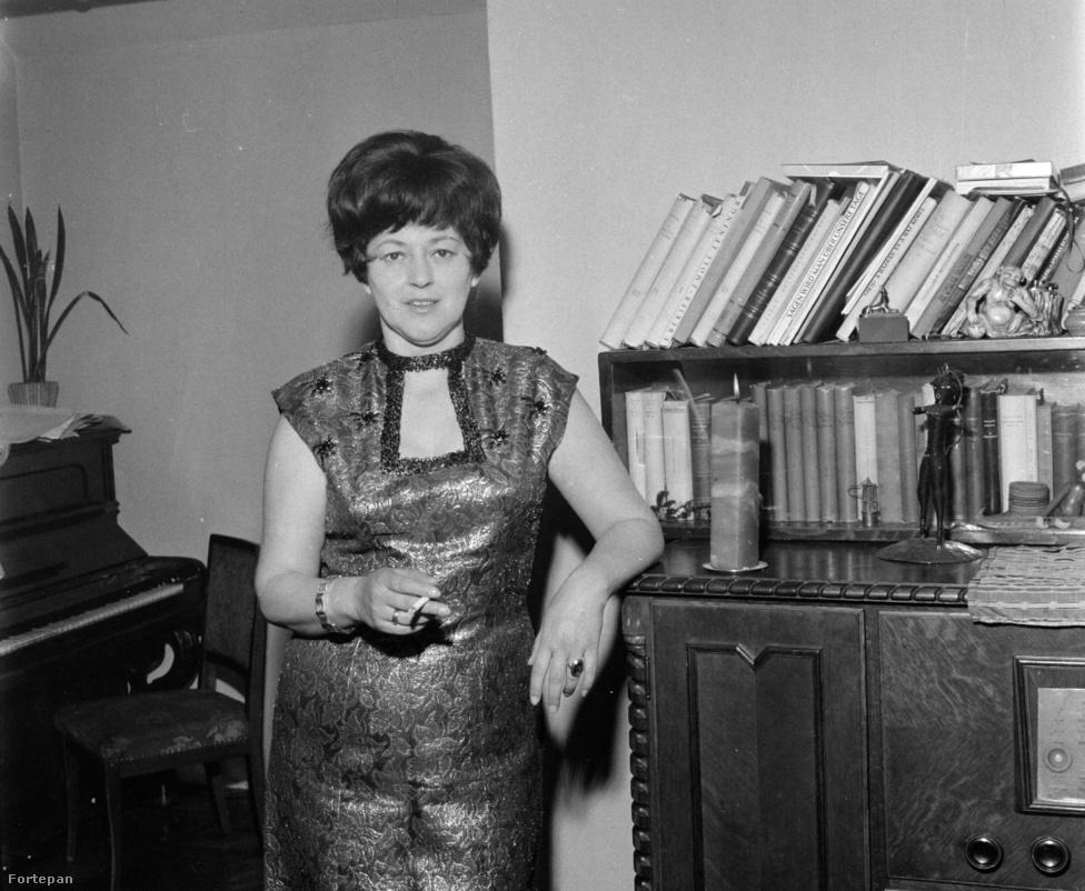 Először mégis színésznő szeretett volna lenni. A negyvenes évek elején beiratkozott a budapesti Országos Színészegyesület iskolájába, ahol az osztályfőnök Pethes Sándor kedvence lett. Közben feltűnt címlaplányként és énekelt az 1943-as Sziámi macska c. filmben. Amikor 1946-ban megkapta a színészi oklevelet, Győrbe akarták szerződtetni, de inkább visszament Tatabányára. Sokáig nem találta a helyét: a húszéves lány csak néha-néha kapott felkérést, akkor is nyugdíjasok előtt és kórházban lépett fel. Unaloműzésből sakkozni tanult, kijutott az 1949-es budapesti bajnokságra is. Záray Márta számára 1950 volt a fordulat éve: eldöntötte, hogy otthagyja Tatabányát és azt is, hogy énekesnő lesz, nem pedig színésznő.