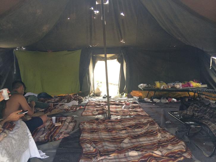 Júliusban készült kép a körmendi sátrak belsejéről