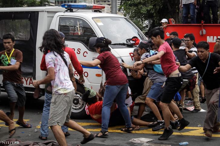 Egy Fülöp-szigeteki rendőrségi kisbusz tüntetők közé hajt az országban állomásozó amerikai csapatok távozását követelő tiltakozáson