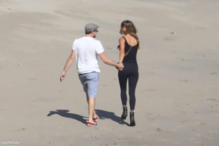 Két gyönyörű ember egy gyönyörű, homokos strandon