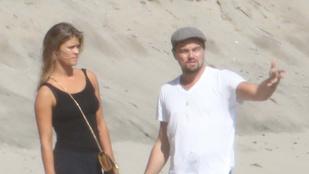 Ez már szerelem: Leonardo DiCaprio és Nina Agdal fogócskázik a homokos strandon