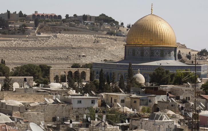 Az iszlám hívõk egyik legfontosabb szent helye a Sziklamecset háttérben az Olajfák hegyének zsidó temetõjével a Templomhegyen