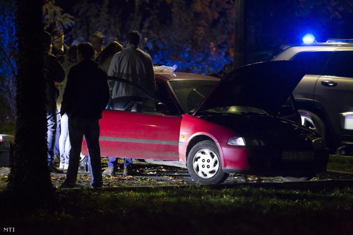 Szerdán este 8 után az MTI is kiadott képeket arról, hogy a TEK civil nyomozói egy autót vizsgálnak át a keszthelyi Borbás Vince sétányon.