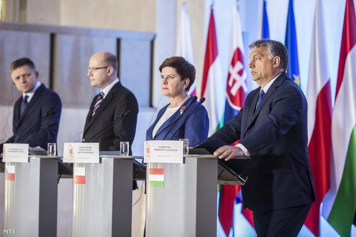 Robert Fico, Bohuslav Sobotka, Beata Szydlo és Orbán Viktor, a V4-ek miniszterelnökei