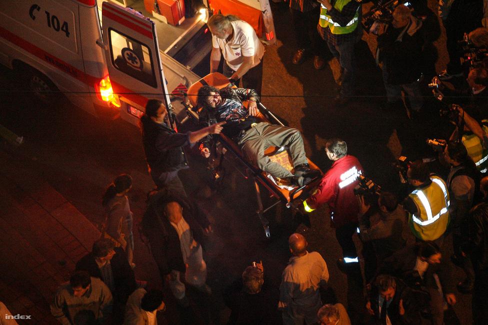 A 23-i események építészeti csúcspontjaként a zavargók hatalmas barikádot emeltek padokból, építkezési hulladékból, kitört fákból. Néhányan autókat borogattak fel a mellékutcákban, hogy onnan dobálják a rendőröket. A tüntetők száma azonban folyamatosan csökkent, és amikor hajnalban a rendőrök körülvették a barikádokat, leginkább már csak a sajtómunkásokat találták a helyszínen.