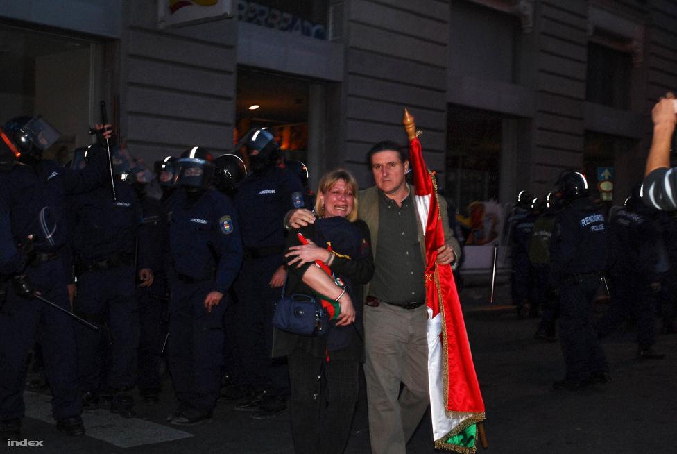 A Deák tér megtisztítása során a rohamrendőrök azonban végzetes hibát vétettek: az Astoria felé szorították a rendbontókat, összekeverve a rendbontókat a nagygyűlés békés résztvevőivel.  Az egész belvárost megmozgató kergetőzés kezdődött, amelyben sorban sérültek meg békés, egyszerűen csak hazafelé tartó polgárok. A rendőri brutalitás későbbi felderítését nehezítette, hogy a közegek nem viseltek azonosítót.