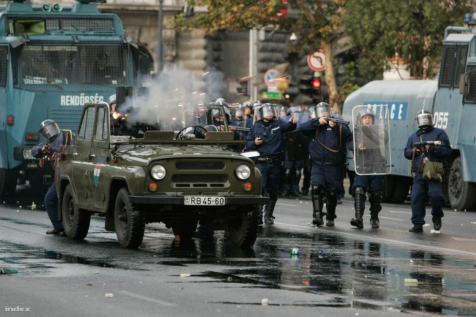Az indulatok délután szabadultak el. A több ezres tömeg a Kossuth térre akart vonulni. A kordonokhoz érve focihuligánok kövekkel, üvegekkel szórták meg a rendőröket, és egyiküket meg is késelték.