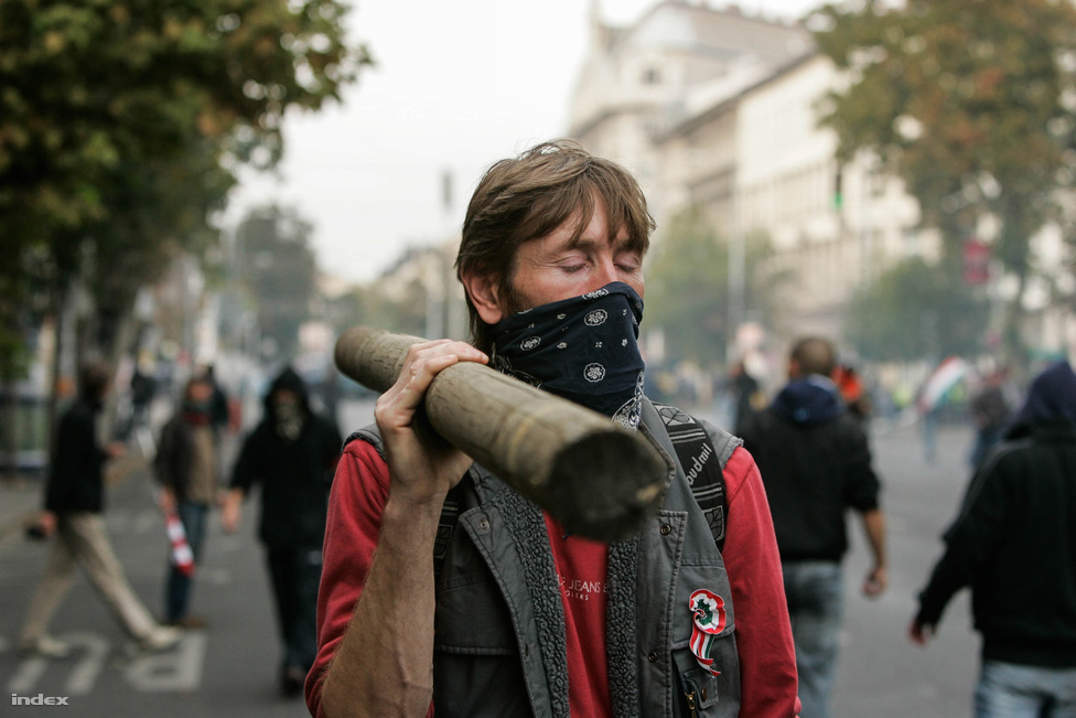 A tüntető csoportokat a rendőrök terelgették a városban, miközben a vonulók száma egyre nőtt. Útba ejtették a Bazilikát, a Körutat, az Oktogont, míg végül a Corvin közbe már több ezren érkeztek. A tömeget akkori beszámolóink szerint az ismert szélsőjobbos P. Márton igyekezett vezetni. A feszültség lassan épült: csatlakoztak a Gój motorosok is, a szónokok pedig kiadták az új jelszót: 56-2006.                          Mindeközben a parlamentben ünnepi beszédet mondott Kosáry Domokos, az 56-os Emlékbizottság elnöke, Gyurcsány Ferenc és az Európai Bizottság elnöke, José Manuel Barroso.