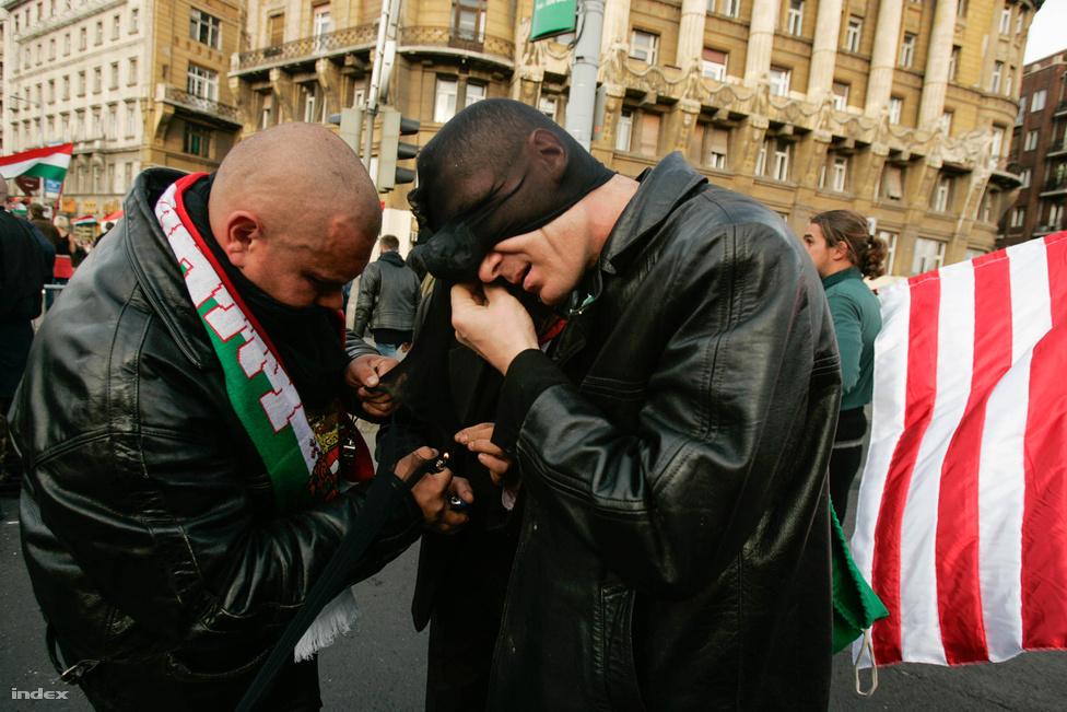 Az események a Fidesz nagygyűlés végén vettek éles kanyart. Eddig jórészt balhéra kész, vagy egyenesen a randalírozás miatt érkező tömeg kergetőzött a rendőrökkel.