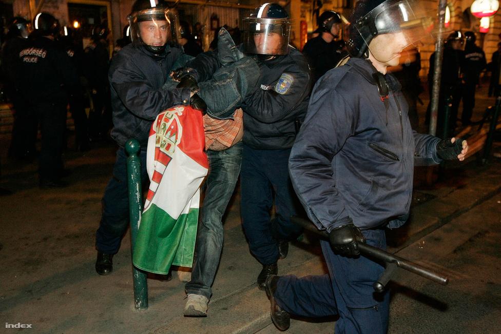 A 23-i összecsapások valójában már előző este elkezdődtek. A kormány ki akarta üríttetni a teret, hogy a forradalom ötvenedik évfordulójára érkező királyok, állam- és kormányfők Budapest makulátlan terével, ne pedig egy forradalmi táborral találkozzon. Kergetőzés kezdődött a tüntetők és a rendőrök közt. A tér kiürítése végül csak annyit eredményezett, hogy a feltüzelt Kossuth tériek szétszóródtak Budapest utcáin. A Kossuth teret hajnalra, rövid gumibotozás közepette sikerült kiüríteni, miközben a rendőrség egy sor házi készítésű fegyvert, gyúlékony anyagot talált. Későbbi magyarázatuk szerint ezeket a táborozáshoz használták a demonstrálók.