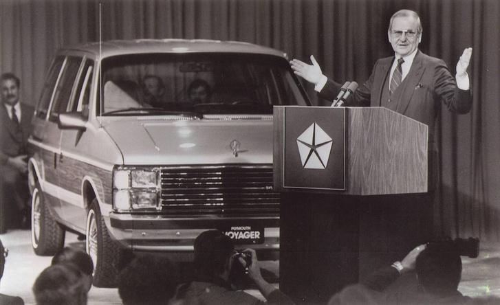 Lee Iacocca bemutatja a Plymouth Voyagert -1979-ben ezen választották a Chrysler Corparation elnökévé Iacoccát. Iacocca az amerikai autós szakma egyik legelismertebb veteránja, a veszteséges Chrysler megmentése előtt a Ford vezérigazgatója volt 8 éven át. Lido Anthony Iacocca idén 92 éves.