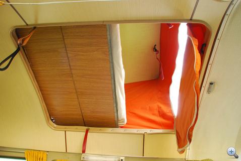 Nyitva a sátor, a deszkázat már az ágy alja