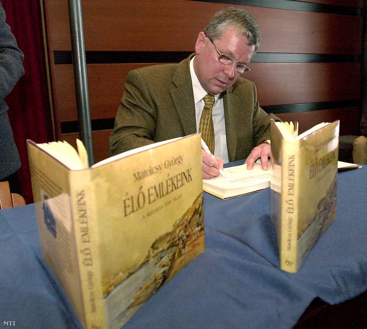 Matolcsy György dedikálja az Élő emlékeink a Széchenyi Terv világa című kötetét a könyv bemutatóján, 2003. február 20-án.