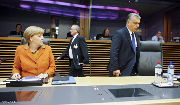 Angela Merkel német kancellár és Orbán Viktor miniszterelnök az európai menekültválságról rendezett rendkívüli csúcstalálkozó kezdetén az Európai Bizottság brüsszeli székházában 2015. október 25-én.