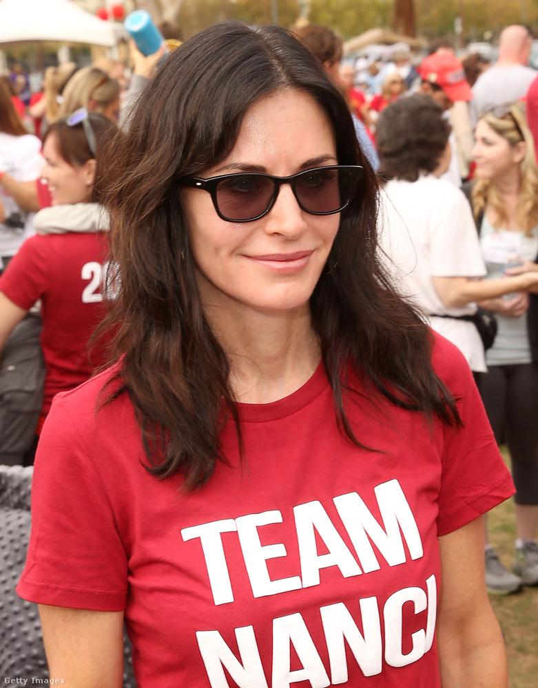 Azért van rajtuk Team Nanci feliratú póló, hogy Nanci Ryder sajtóst támogassák.