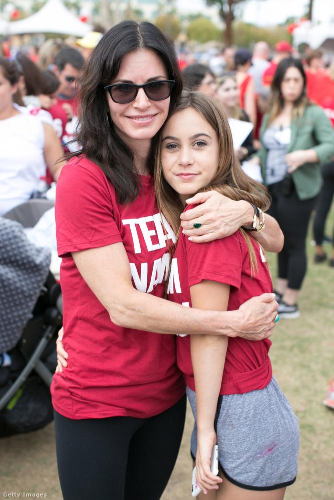 Ugyancsak érdekes, hogy a mellette álló illető a lánya, Coco, aki még csak tizenkét éves