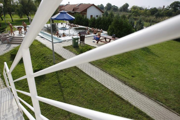 A túrkevei termál- és élményfürdő szabadtéri gyógymedencéje és parkja. A létesítményben uniós támogatással mintegy 220 millió forintos fejlesztés történt.